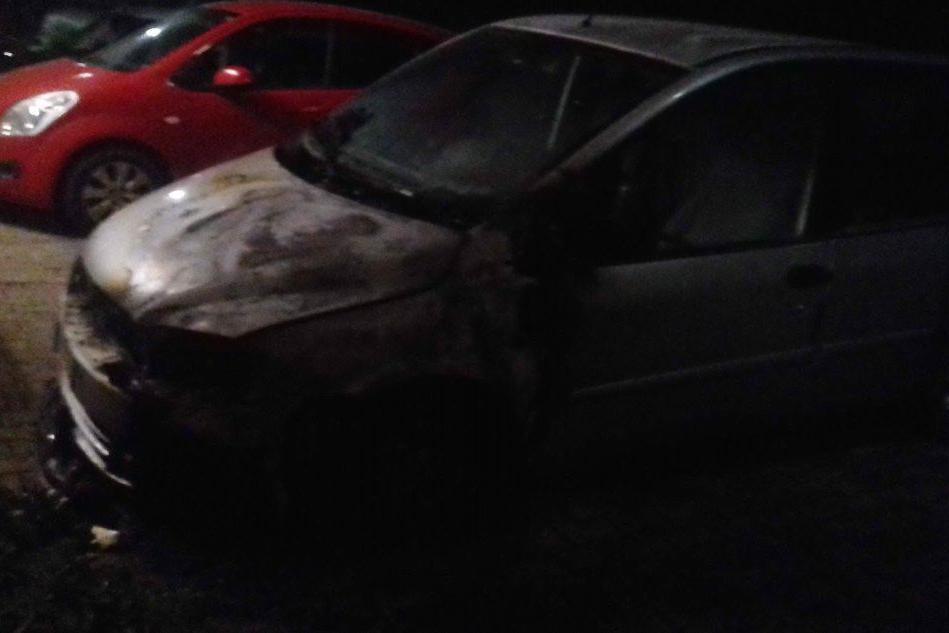 Auto in fiamme nella notte a Carbonia