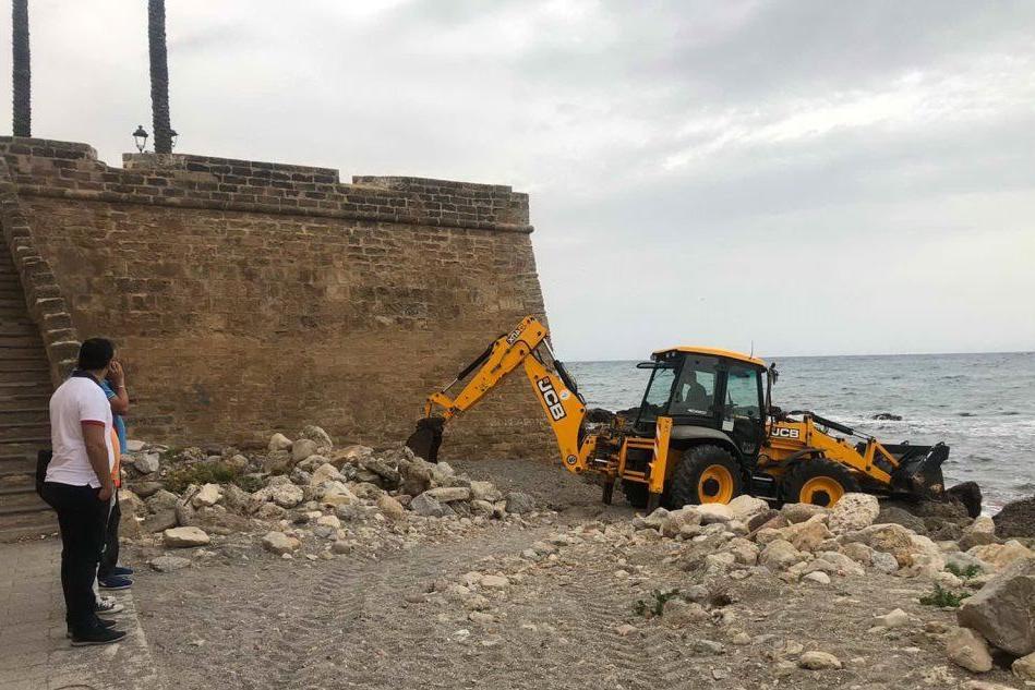 Alghero, ruspe al lavoro per ripulire la piccola spiaggia del Solaio