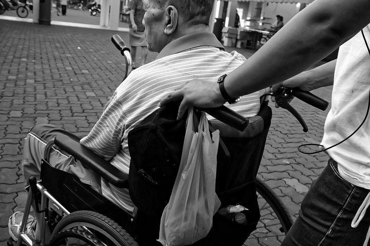 Picchia brutalmente la badante, uomo di 91 anni ai domiciliari