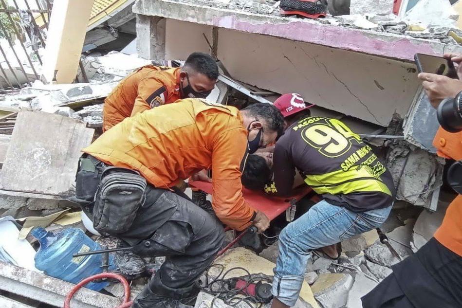 Forte scossa di terremoto: crolla un ospedale, decine di morti e feriti