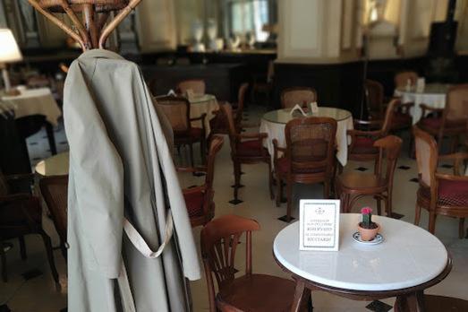 Sparito dal Caffè Gambrinus l'impermeabile del commissario Ricciardi
