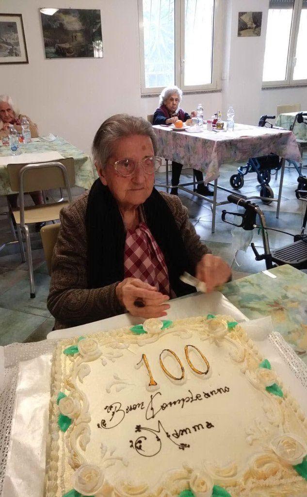 Bonaria Farris con la torta di compleanno (foto inviata dalla nipote)