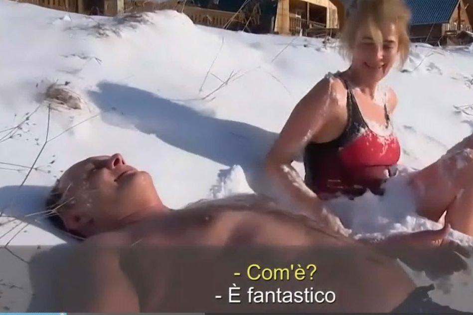 """Bagno temerario nell'acqua ghiacciata: """"Bellissimo"""""""