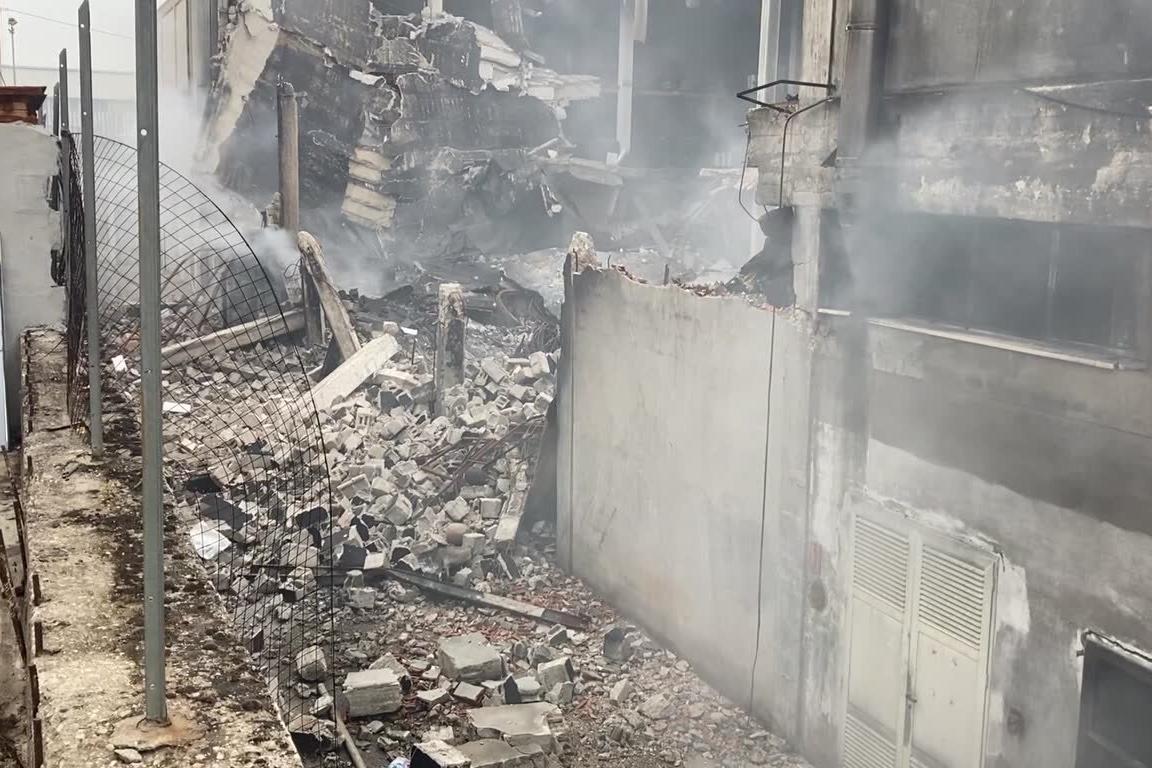 Predda Niedda, ancora fumo a 4 giorni dall'incendio che ha devastato i capannoni
