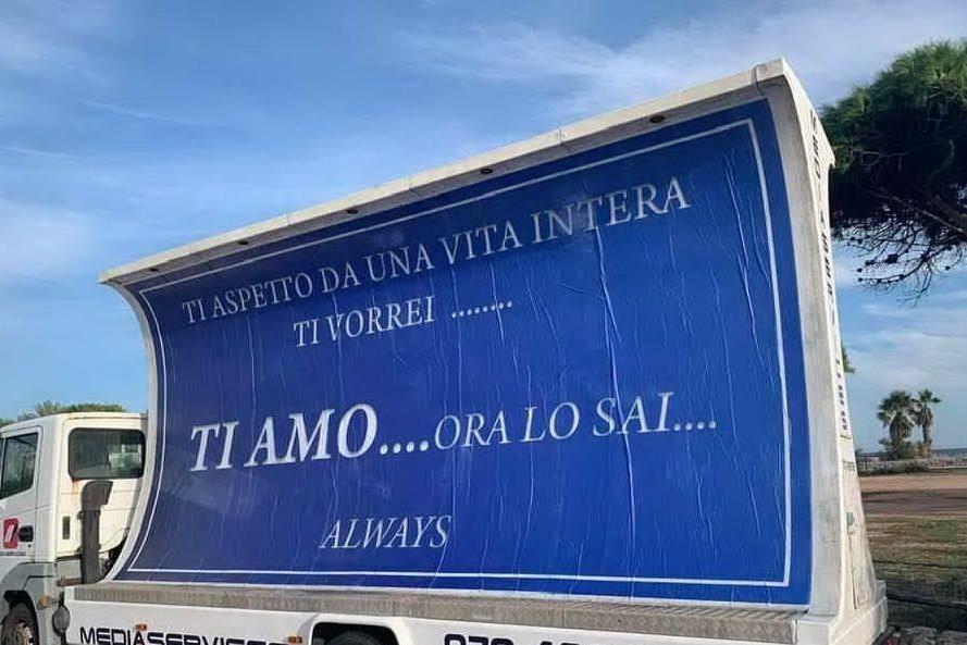 Poetto, la dedica d'amore sul camion