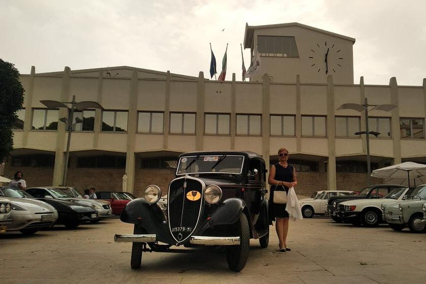 Aria retrò a Porto Torres, sfilata d'auto d'epoca in città