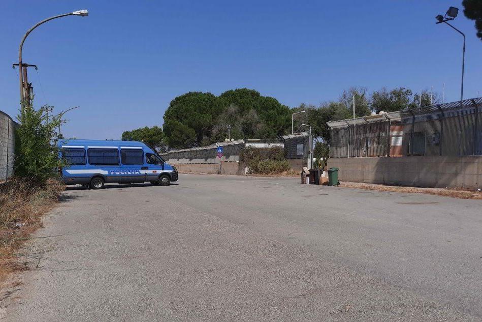 Monastir, migranti in fuga: medicinali rubati e protesta sul tetto del centro