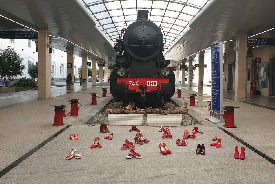 Scarpette rosse, l'installazione alla stazione di Cagliari
