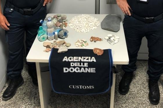 Ladri di sabbia e conchiglie, quasi 3 chili sequestrati in aeroporto ad Alghero