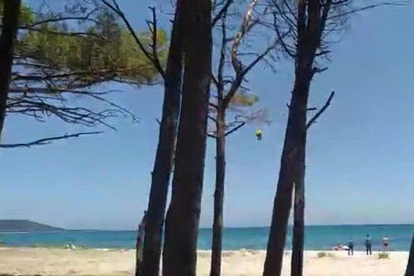 Posada, 58enne rischia di annegare