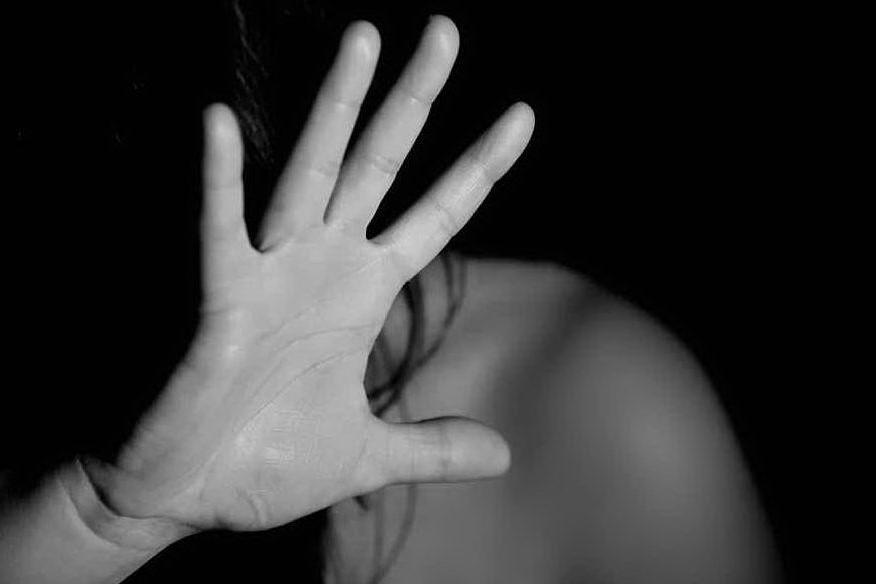 Colpì la moglie incinta con una testata e calci: arrestato