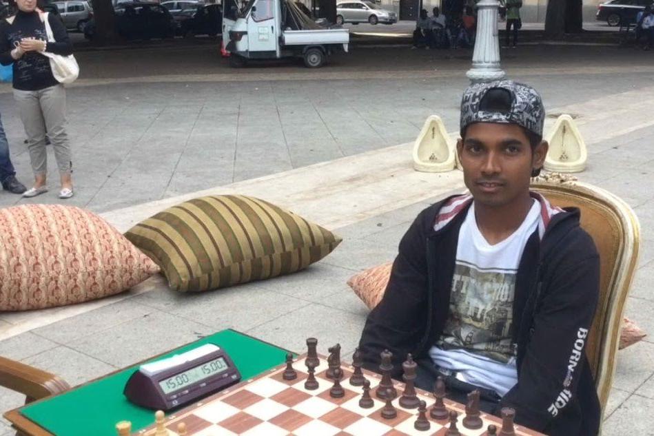 La partita a scacchi in centro