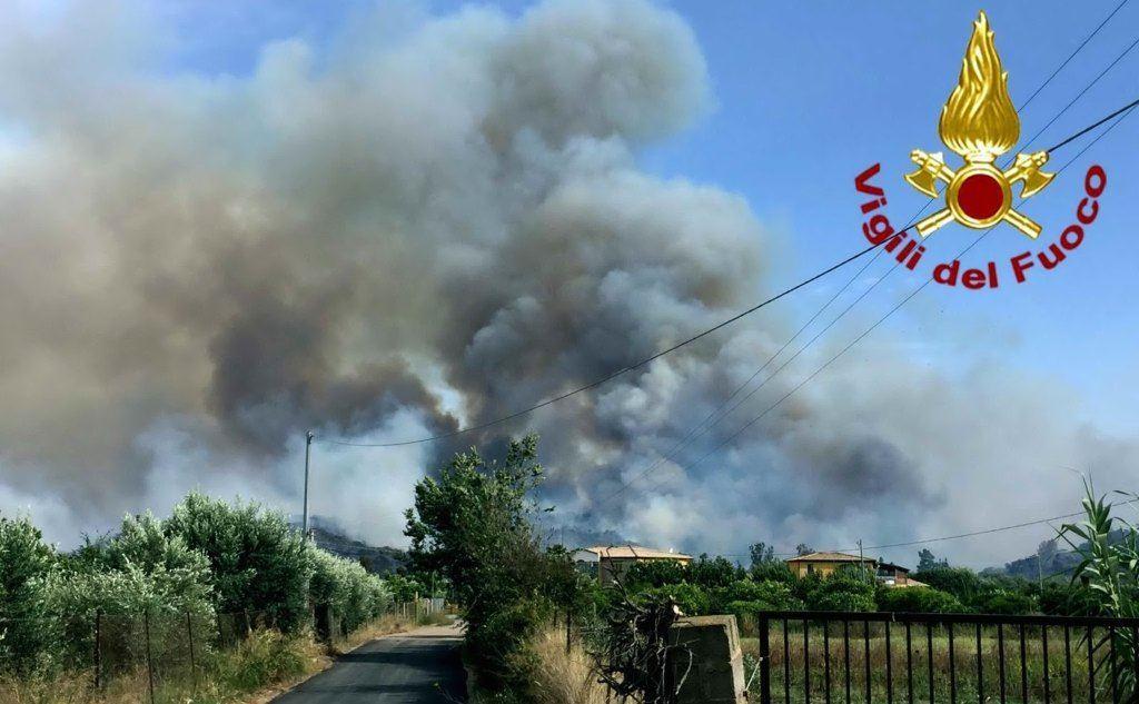 L'incendio è durato ore (Ansa)