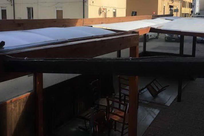 Porto Torres, il Comune lo obbliga a fare la veranda in plexiglas: il maestrale gliela spazza via