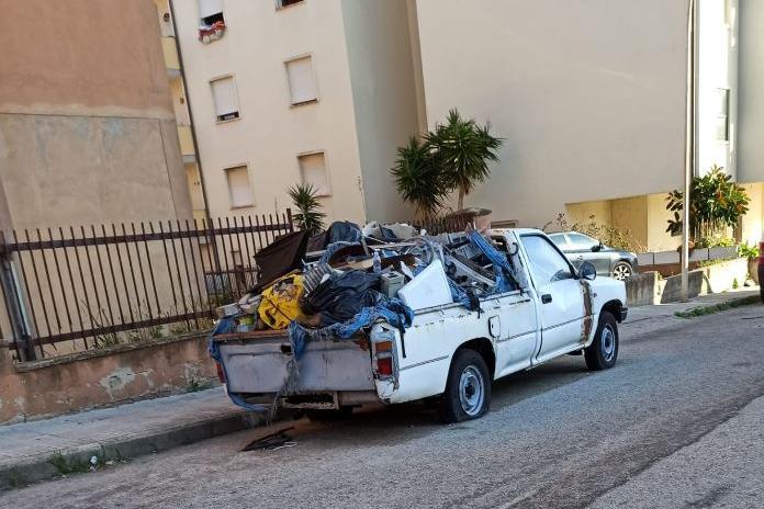 Porto Torres,abbandona per strada un furgoncino colmo di rifiuti