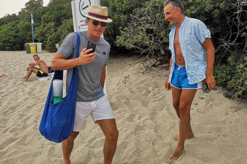 Mancini in spiaggia a Porto Cervo (L'Unione Sarda - Tellini)
