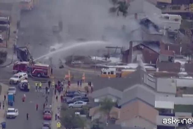 California, i resti carbonizzati di due case dopo lo schianto aereo