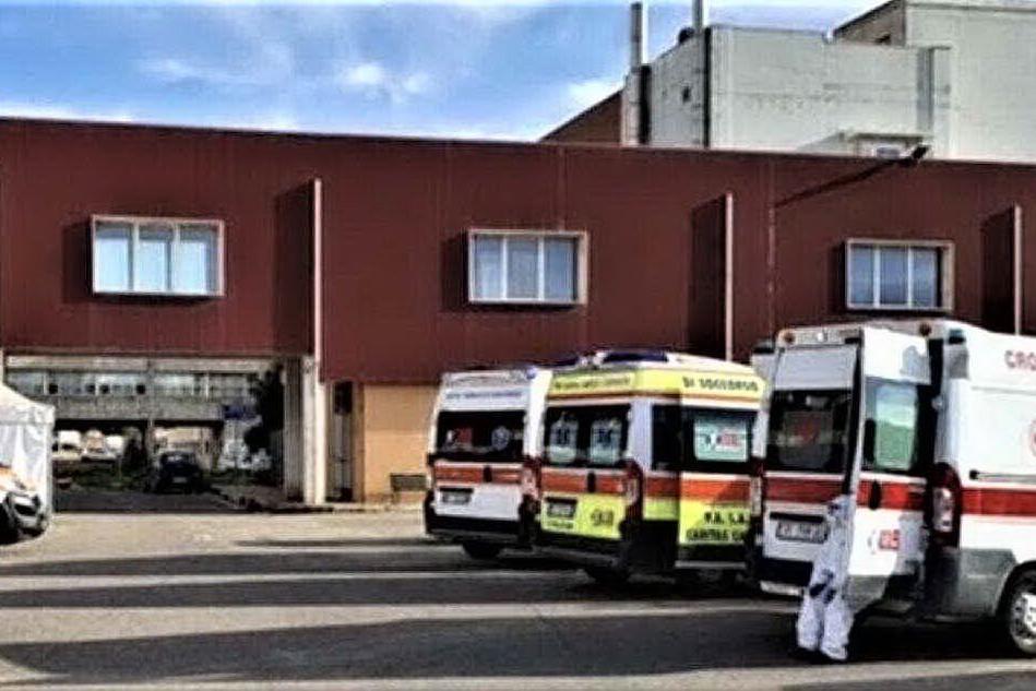 Mancano reagenti e i tamponi, ambulanze in fila al pronto soccorso di Oristano