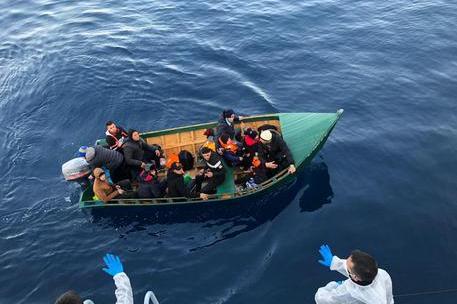 Nuovi sbarchi a Sant'Antioco: intercettati 12 algerini. Nel gruppo una donna e due bimbi piccoli