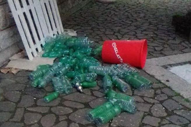 A Morgongiori i vandali hanno distrutto l'albero di Natale del riciclo