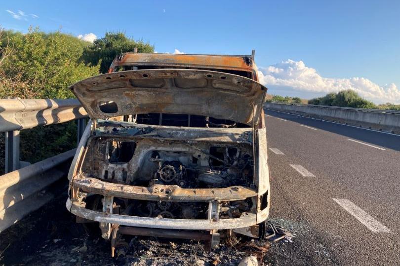 Il camion divorato dalle fiamme (L'Unione Sarda - Pala)
