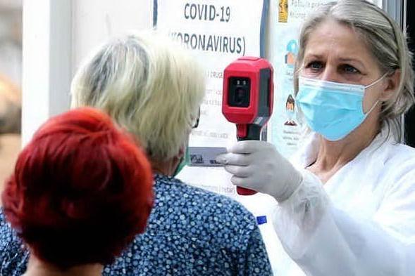 I dati settimanali: in Sardegna aumentano ancora contagi e ricoveri, ma anche i tamponi