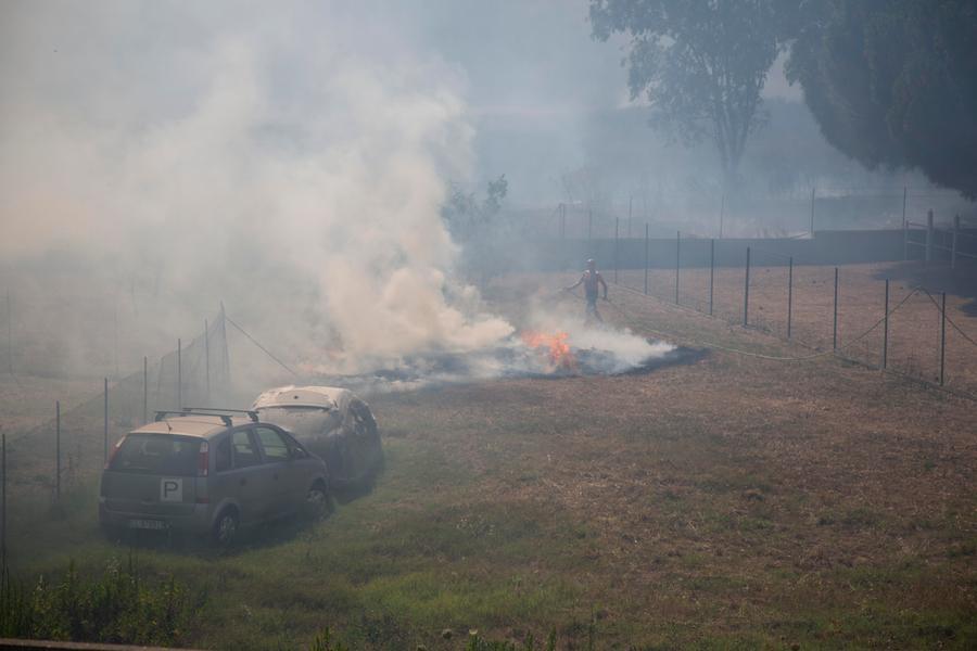 Carbonia, un nuovo rogo: le fiamme alimentate dal vento
