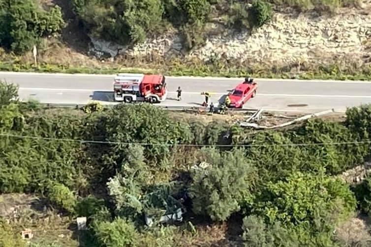 Ossi, camion precipita in una scarpata: due feriti