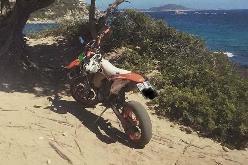 Porto Sa Ruxi, tra le dune spunta una moto parcheggiata