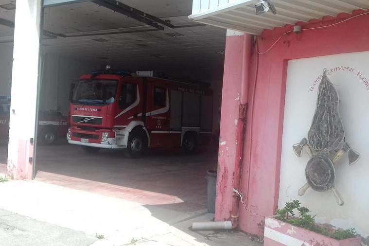 Carbonia, fiamme in periferia: accorrono i vigili del fuoco