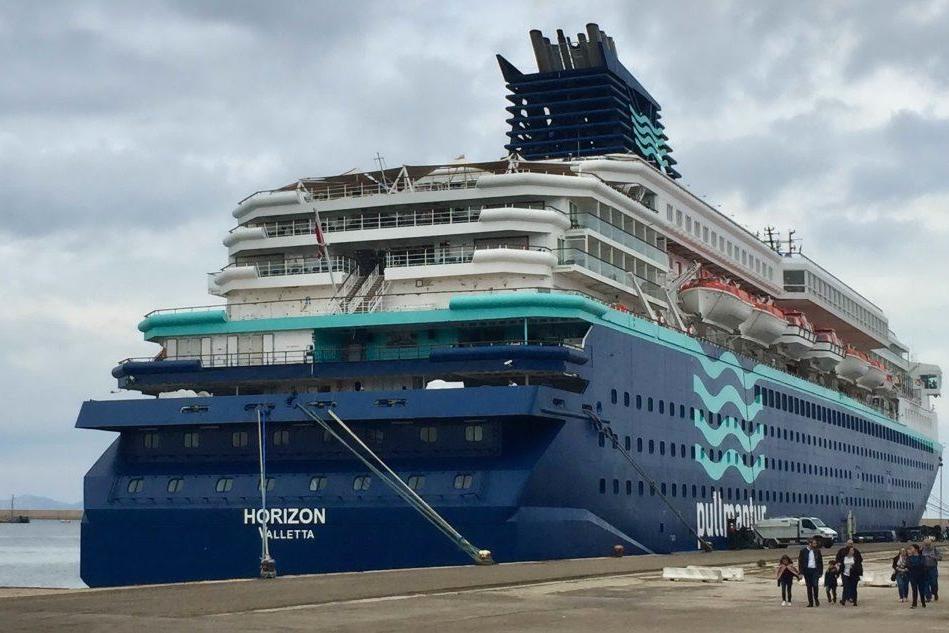 La Horizon attracca a Porto Torres: prima invasione di turisti
