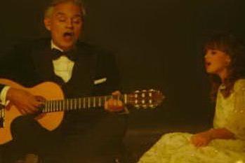 """Andrea Bocelli e la figlia Virginia, emozioni sulle note di """"Hallelujah"""""""