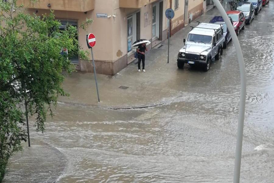 Violento temporale ad Alghero: saltano i tombini e le strade diventano fiumi in piena