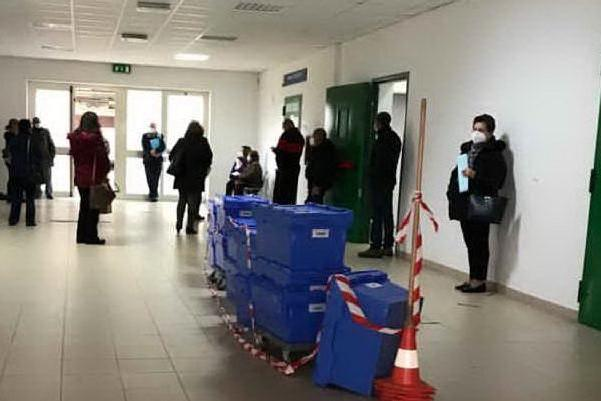 Farmacia dell'ospedale di Oristano, assembramenti e nessun controllo anti-Covid