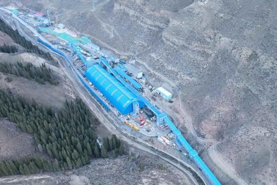 """Ventuno minatori bloccati in una miniera allagata: """"Alcuni sono a 1.200 metri sottoterra"""""""