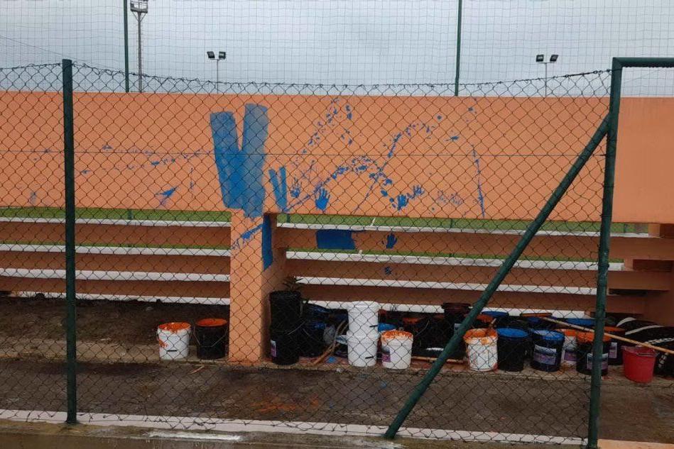 Santa Maria Coghinas, vandali imbrattano la tribuna appena verniciata