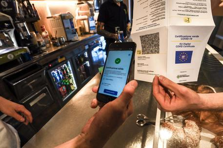 Green pass, raffica dei controlli dei Nas in ristoranti, bar e centri sportivi e ricreativi: sanzioni e violazioni