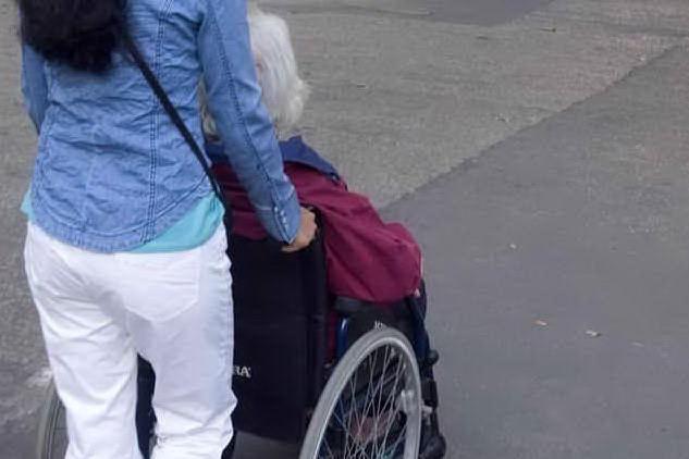 Sottrae 700mila euro a un'anziana e ne fa cremare in fretta il cadavere: badante sotto accusa