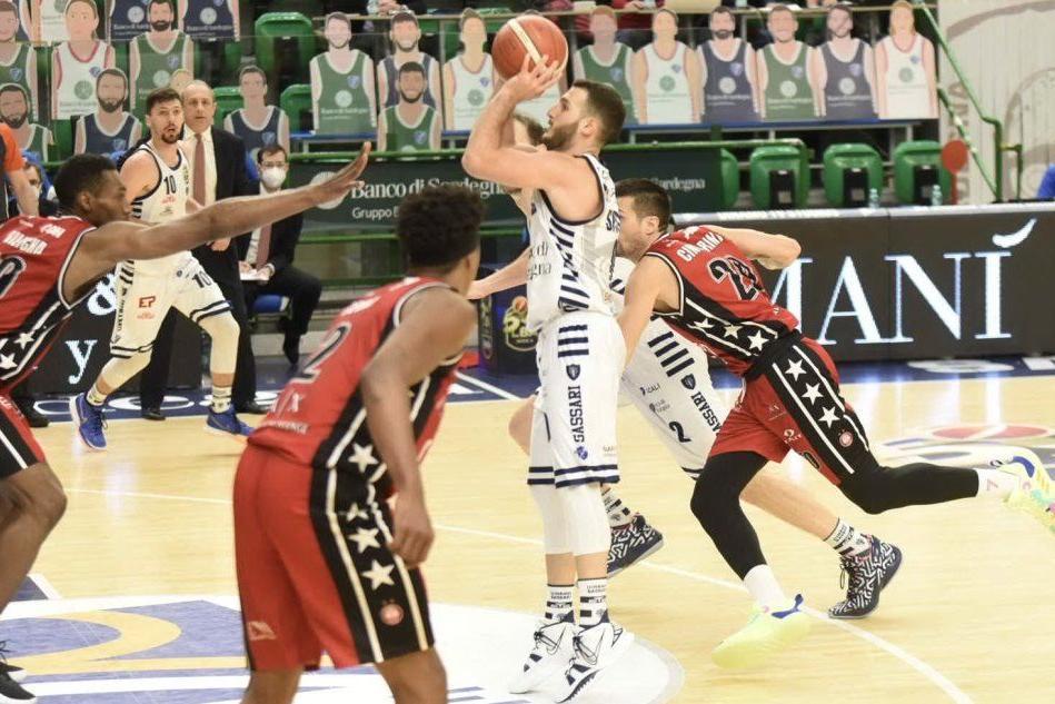 La Dinamo lotta sino alla fine, ma passa Milano 85-73