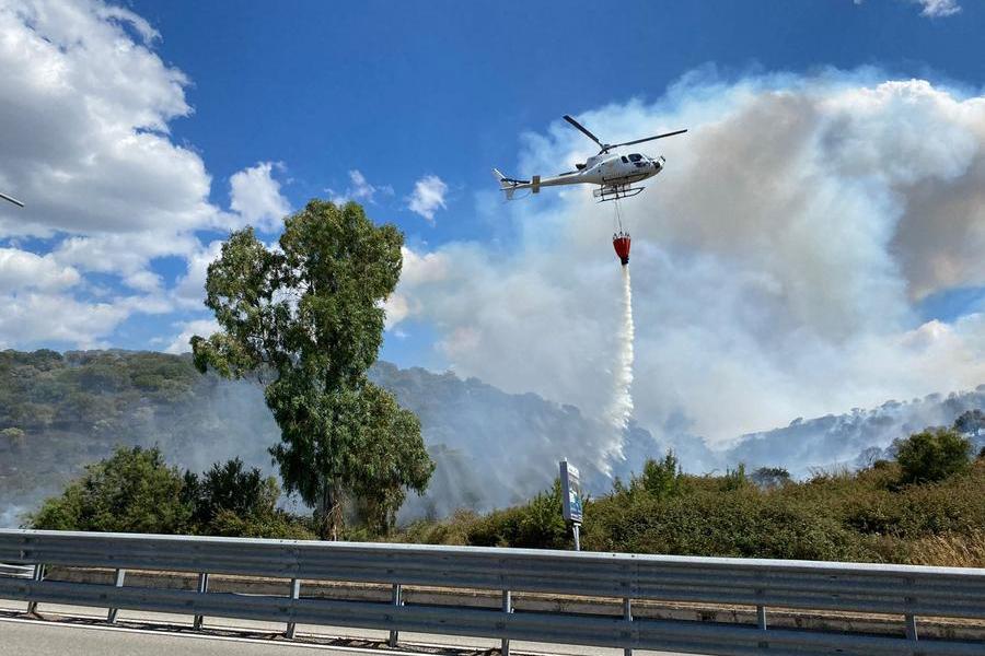 Un elicottero in azione alla periferia di Nuoro (Nicola Pinna)