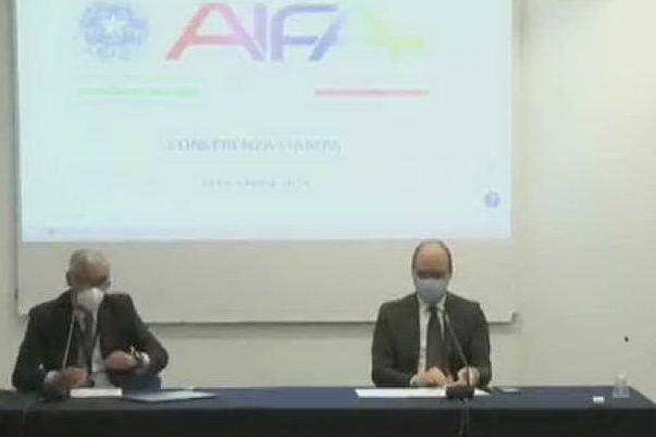 """Aifa sospende Astrazeneca """"in via precauzionale e temporanea"""""""