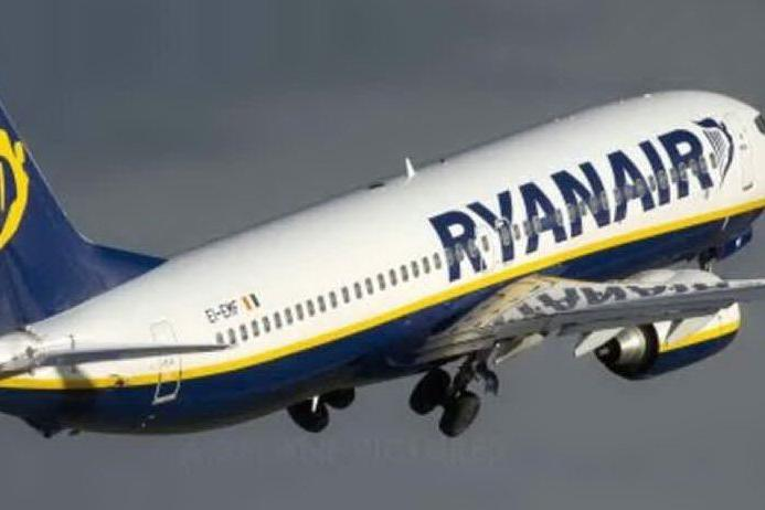 """""""C'è dell'esplosivo a bordo"""": atterraggio d'emergenza per un volo Ryanair"""