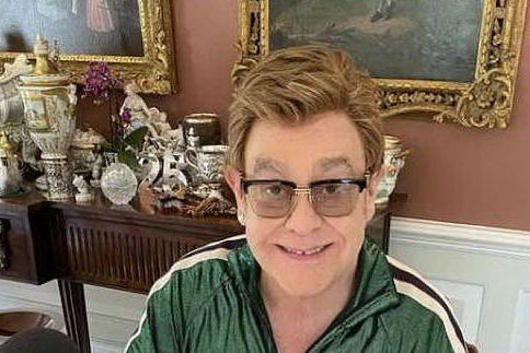 """Elton John e l'attacco alla Chiesa: """"Condanna le coppie gay, ma lucra sul mio film"""""""