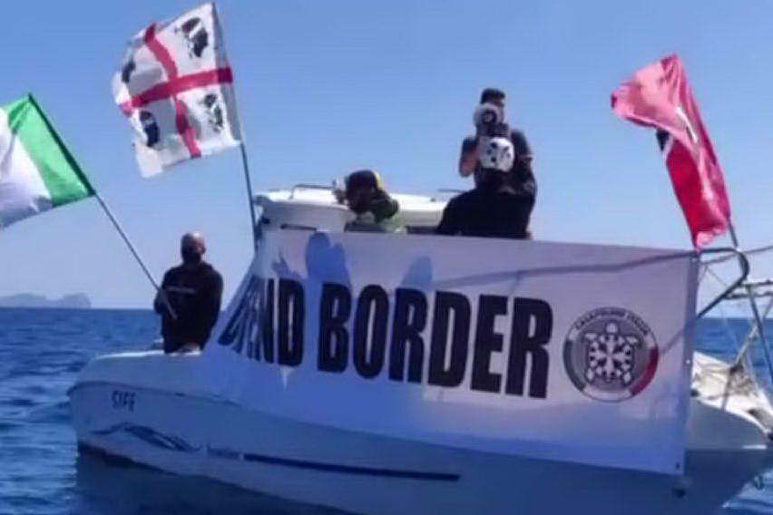 """Militanti di CasaPound in mare: """"Difendiamo i confini sardi"""""""