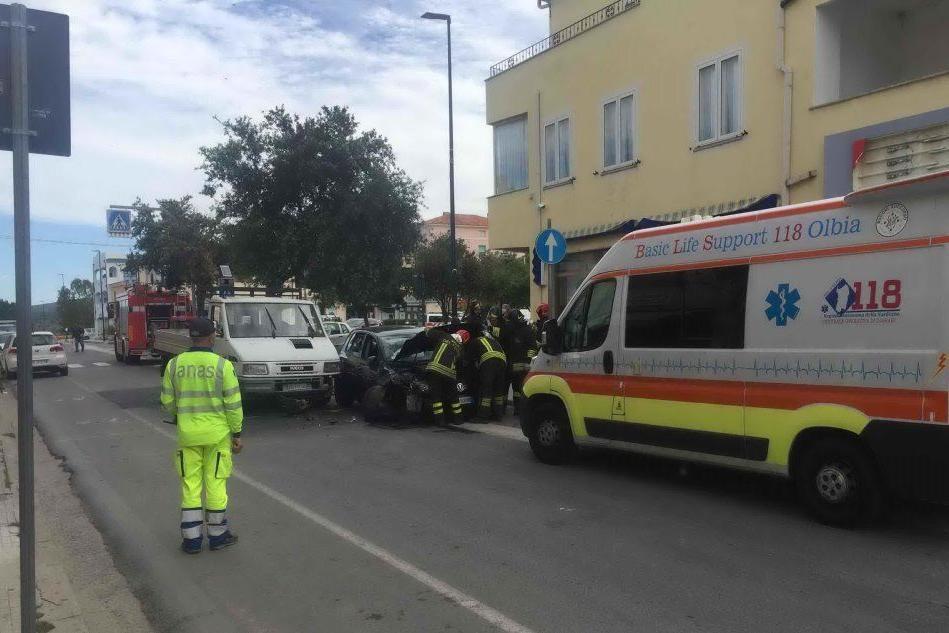 Posada, auto contro furgone: un ferito