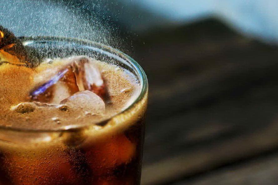 """""""Le bibite zuccherate possono aumentare il rischio di tumori"""", lo studio francese"""