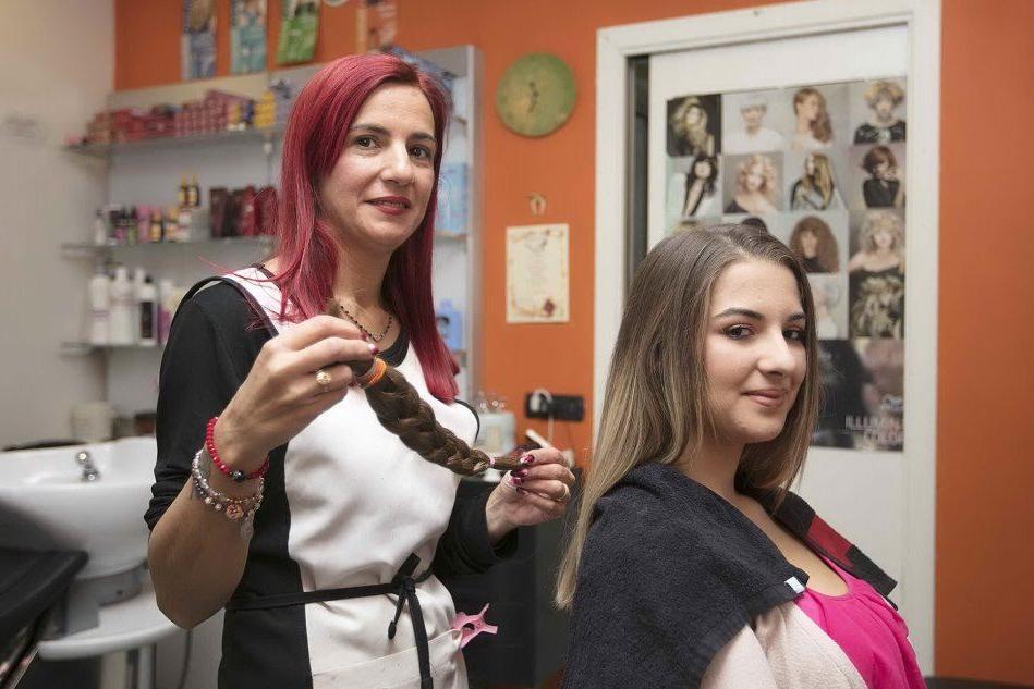 """""""Così dono i miei capelli per solidarietà"""": un piccolo grande gesto per chi è in chemioterapia"""