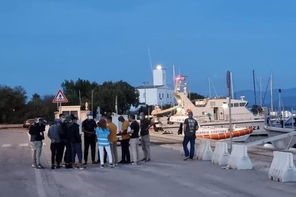 Nuovo sbarco nelle coste sulcitane: 19 algerini scortati a Sant'Antioco