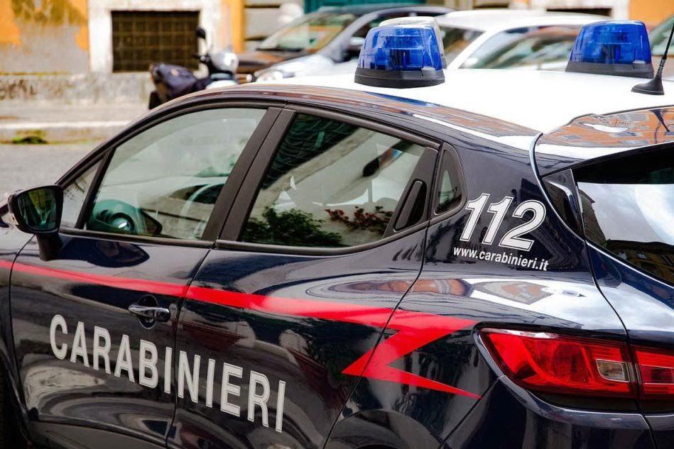 Ubriaco e armato di coltello litiga con l'anziana vicina: arrestato