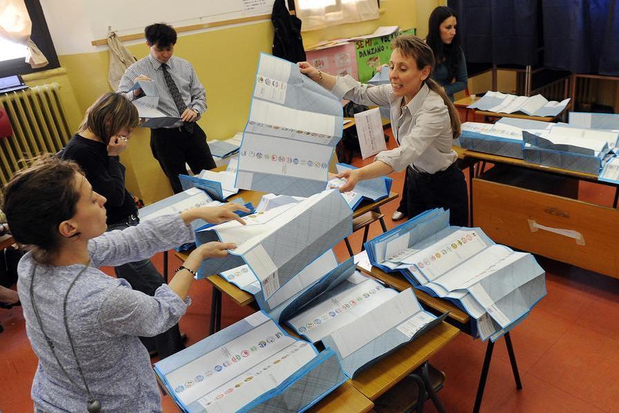 Un seggio in Sardegna (Archivio L'Unione Sarda)